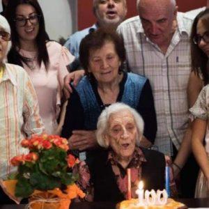 Най-възрастният гражданин на Земен отпразнува 100 години с торта, много цветя и гости, сред които и кметът на града