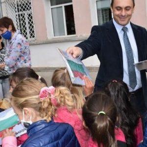 Специално изработени карти на България с българския трикольор подариха на първокласниците в Брезник, Земен и село Ноевци