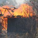 Фургон и паянтова постройка изгоряха в Драгичево