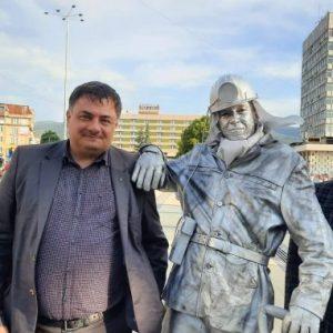 Зам.кметовете на Перник Кръстев и Стоицев позират до жива статуя на миньор