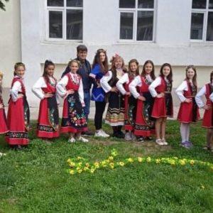 Кметът Виктор Викторов се засне с хубавите лазарки на Драгичево