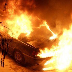 """""""Мерцедес"""" изгоря в квартал Изток, разследват кой е драснал клечката"""