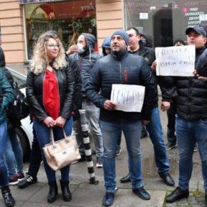 """Млади социалисти от Перник скандираха """"Оставка"""" под прозореца на Корнелия Нинова"""