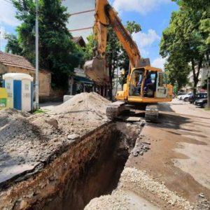 """Над половината водопровод на ул. """"Кракра"""" вече е монтиран. Между две улици в Перник правят нова канализация"""