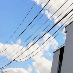 Наклонен електростълб стряска перничани в кв. Изток