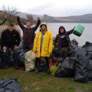 """Страхотна бригада почисти от боклук язовир """"Пчелина"""", събраха половин чувал само с фасове"""