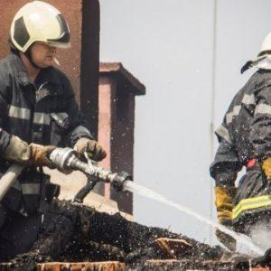Три екипа пернишки пожарникари спасяват дядо от пожар