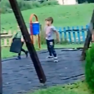 Хлапета рушат детска площадка в Драгичево пред очите на майка им – ВИДЕО